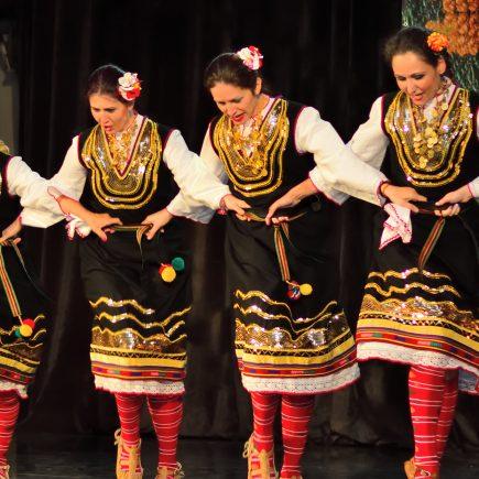 Празнични фолклорни танцови програми